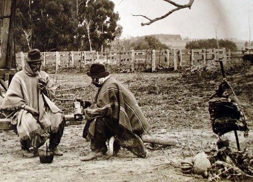 Argentinian Asado: Group of Argentine gauchos (img-01)