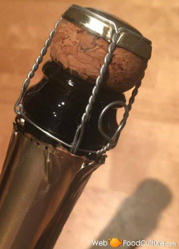 Champagne: Tappo in sughero e 'muselet'.