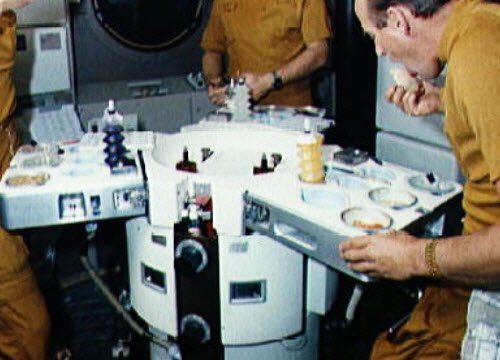 Space food: Astronauts eating on the Skylab (img-03)