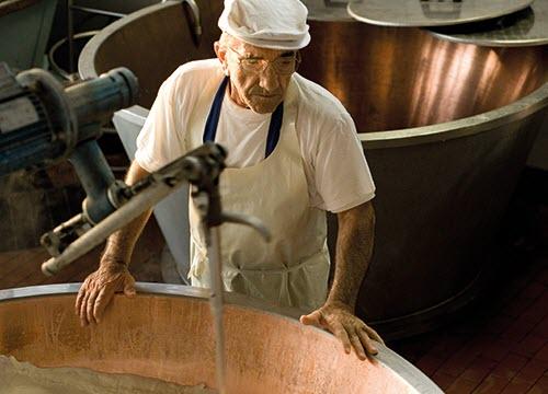 La preparazione del Parmigiano Reggiano (crt-01)