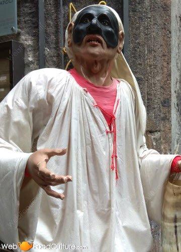 Pastiera napoletana: San Gregorio Armeno, maschera di Pulcinella.