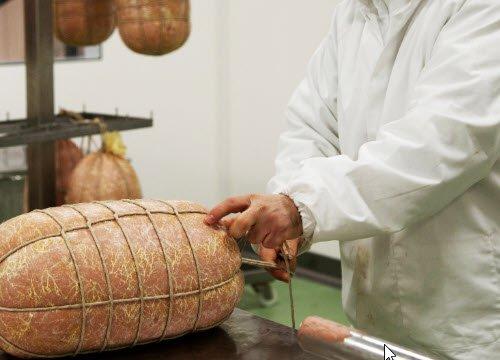 Preparation of Mortadella: the Mortadellas are tied (crt-01)